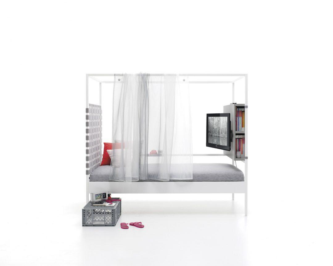 Cama con cortina gasa y módulo TV