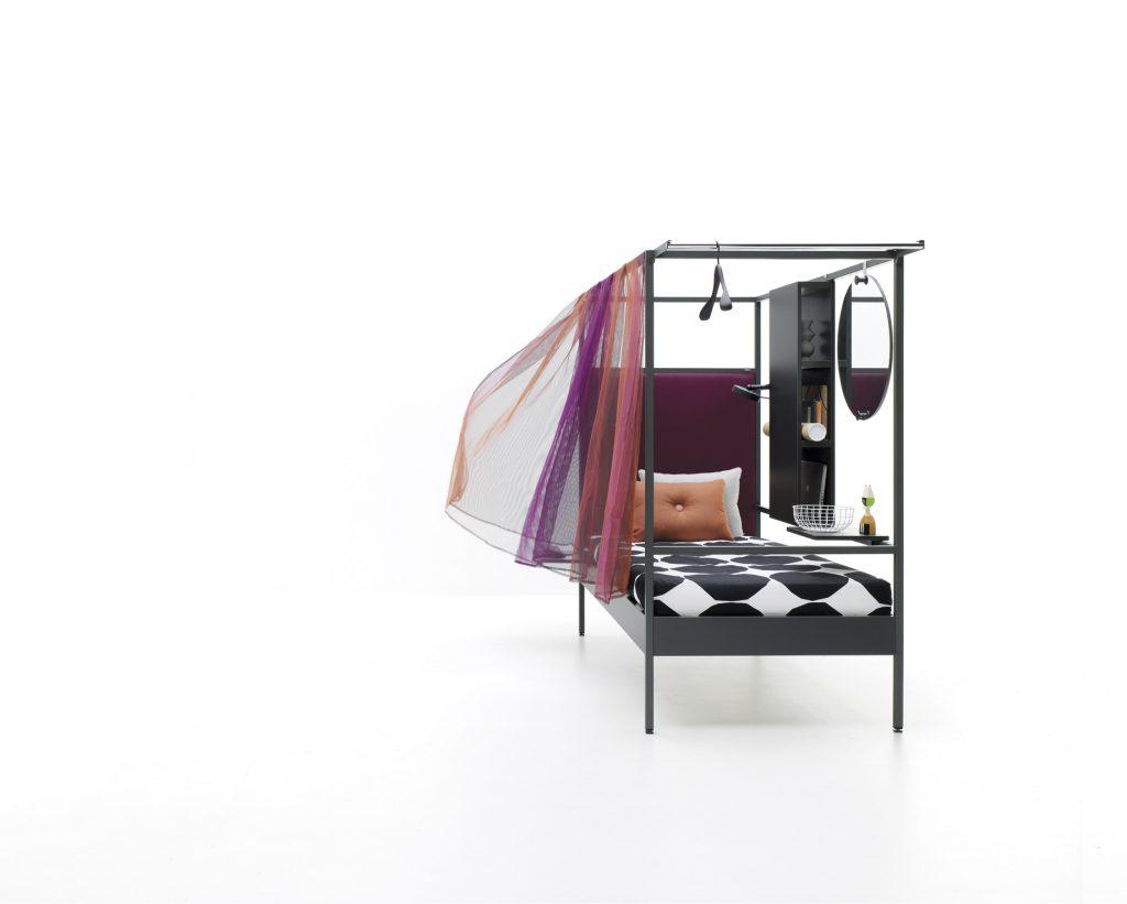 Cama con dosel y cortina sugerente