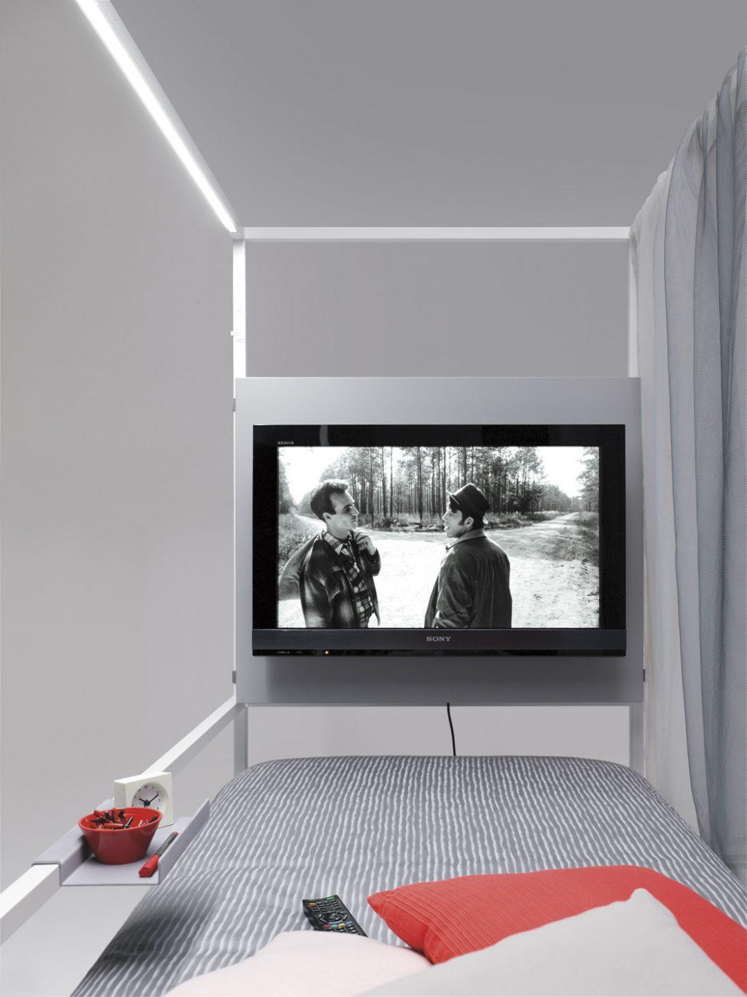 Detalle módulo tv en cama