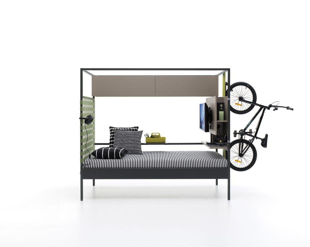 Cama con dosel moderno de estructura metálica robusta con soporte bicicleta