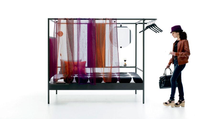 Cama con dosel metálico con cortinas
